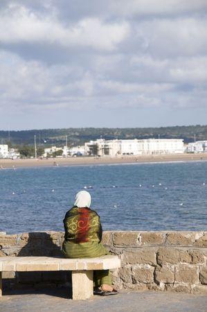 la mujer musulmana en trajes típicos de vista de la playa en el balneario de la ciudad costera de Marruecos Essaouira en �frica Foto de archivo - 5068998