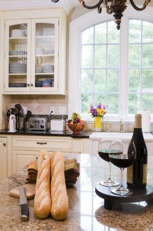 高級ワインと中央の島にバゲット ホーム現代の注文の台所