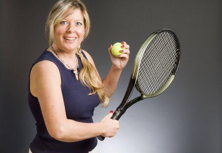 Happy smiling metà donna di età giocatore di tennis con racchetta e pallina Archivio Fotografico - 5146777