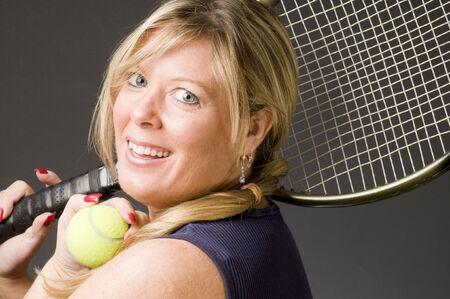 라켓과 공 행복 한 미소 중간 연령 여자 테니스 선수 스톡 콘텐츠