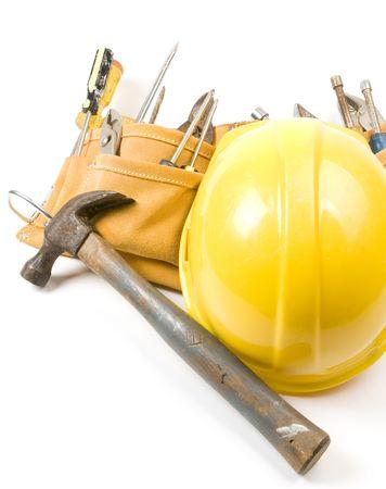 suede belt: una gamuza de cuero contratista de la construcci�n del hombre herramienta cintur�n con una variedad de herramientas y un casco de protecci�n amarillo casco