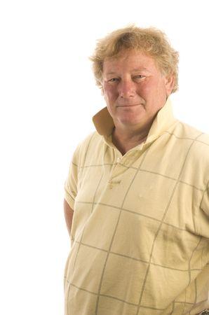 glimlachen en gelukkig hogere middelbare leeftijd man met blond haar en grote buik dragen casual sport shirt