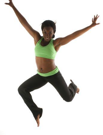 若いかなりヒスパニック ラテン系の黒人女性を着て運動タイツとでワークアウト ダンス バレエの動き