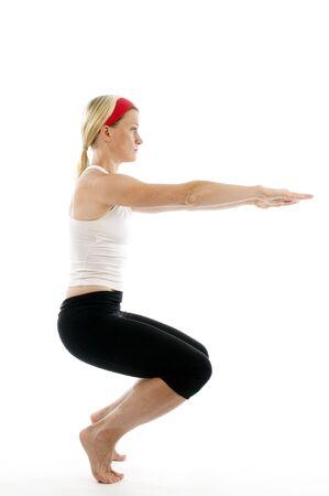 maladroit: Yoga maladroite posent illustr� par attrayante Moyen Age Fitness femme enseignant formateur de l'exercice et l'�tirement