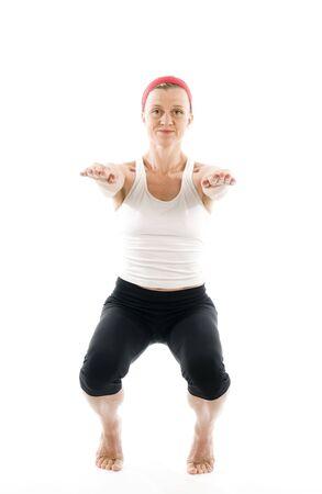maladroit: Moyen-�ge de la femme attrayante fitness trainer d�montrant le yoga maladroite posent vue de face