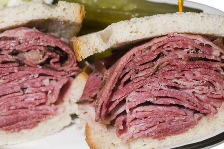 ニューヨークのデリカテッセンのコーシャー レストランでユダヤ人のライ麦パンにコンビーフ牛肉とパストラミ組み合わせサンドイッチ