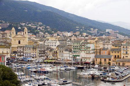 聖ヨハネのバプテストの歴史的な教会やコンドミニアムと中世の建物の港店レストラン カフェ、ヨット ボート バスティア コルシカ島のフランスの