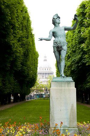 standbeeld voor het Pantheon in Parijs van Luxemburg Gardens Stockfoto