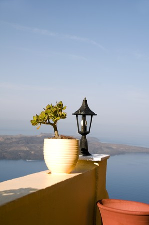 greek pot: Still life lanscape scena con un vaso di fiori su Egeo Mediterraneo e vulcanica isola isola greca di Santorini Grecia  Archivio Fotografico