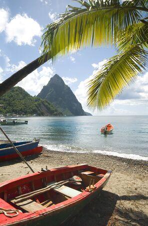 スーフリ エール山ビーチ ネイティブ漁船カリブ海から有名なツインピークス ハーケン山のセントルシア島ビュー