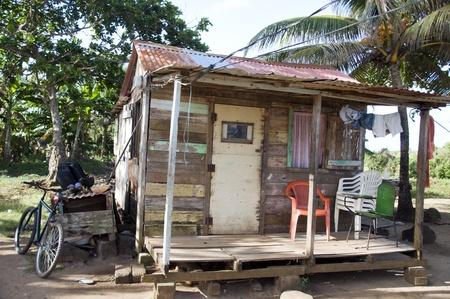 america centrale: tipica architettura vecchio legno casa rivestita di legno con la bicicletta in Big Corn Island Nicaragua centrale America tropicale