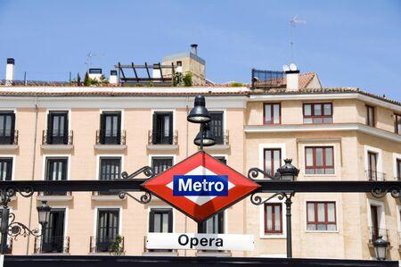 地下鉄サイン オペラ マドリッド オペラ ハウス王立劇場スペイン バック グラウンドで典型的な歴史的建造物で停止します。