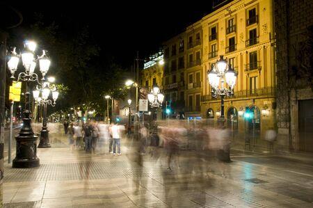 夜のシーン モーションブラー、ランブラス通りとバルセロナ スペイン ヨーロッパの観光客