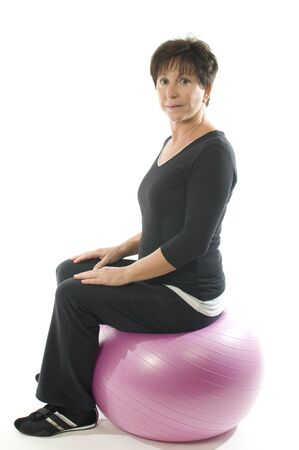 中間年齢の年配の女性のフィットネス運動コア トレーニング ボール