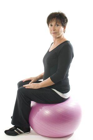 personas mayores: Gimnasio de senior mujer de mediana edad ejercicio con pelota de entrenamiento básico Foto de archivo