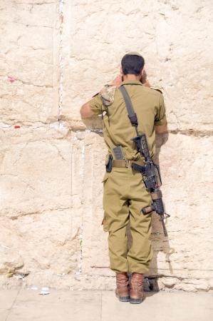 hombre orando: Militar de Israel hombre del ej�rcito de rezar el Muro de los Lamentos de Jerusal�n occidental Palestina e Israel