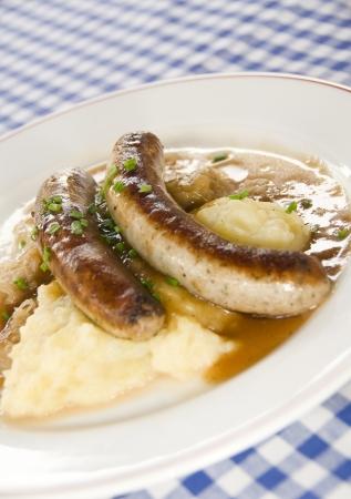 comida alemana: Grobe alemán de bratwurst salchicha con chucrut puré de patatas como fue fotografiada en Berlín, Alemania
