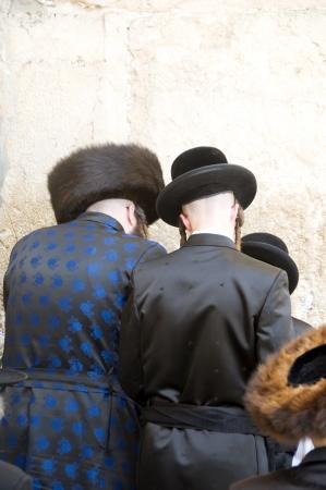 chassidim: GERUSALEMME-28 MAGGIO ebrei chassidici chasidismo che indossano abiti tradizionali si vedono pregare al Muro occidentale di Gerusalemme, Israele, Palestina il 28 maggio 2012