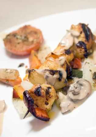Pollo shish kebab en el pincho en salsa de setas según lo fotografiado en Monte Carlo Mónaco Foto de archivo - 14787702