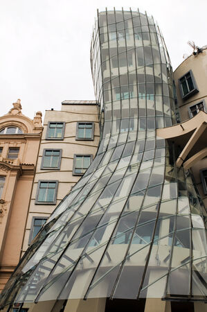 the dancing house: La Casa Danzante o Fred y Ginger edificio Nationale Nederlanden, en Praga, Rep�blica Checa