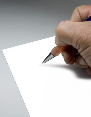 comunicación escrita: Mano con la pluma para escribir sobre el papel