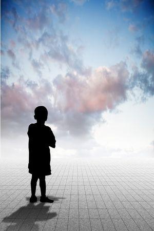 Kind op zoek naar de horrizon met perspectief Stockfoto