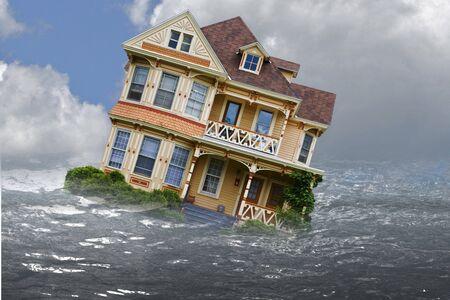 Huis afgebeeld in een overstroming met water en reflectie Stockfoto