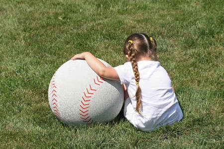 小さな女の子と大きなボール
