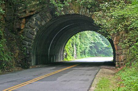 スモーキー山脈ノースカロライナ州を通して風光明媚なトンネル