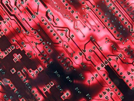 circuito electronico: Tablero de circuito electr�nico del rojo que brilla intensamente Foto de archivo