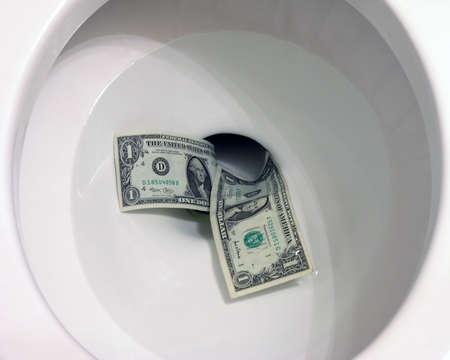 going down: El dinero va por el inodoro  Foto de archivo