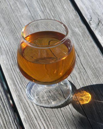 specular: Sun lit brandy de cristal sobre madera