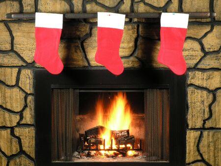 log fire: Le calze rosse di natale hanno appeso dallhanno illuminato il camino