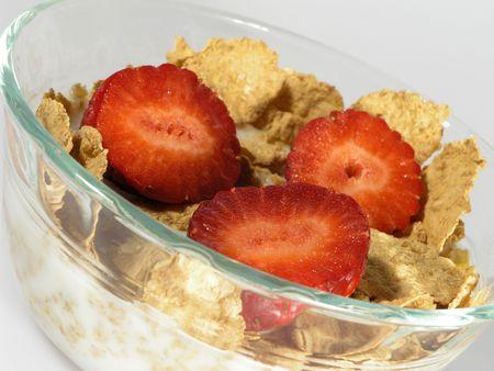 イチゴ、ミルクおよび穀物のクローズ アップ