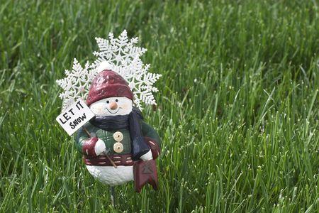 それロゴ、キャプション、本文のための部屋と緑の芝生の上の雪像