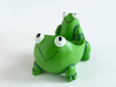 smiling frog: Una rana verde sonriendo titular bolsa de t� en blanco