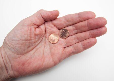 私の 2 セントの価値概念を表す白で 2 つのペニーを持っている手 写真素材
