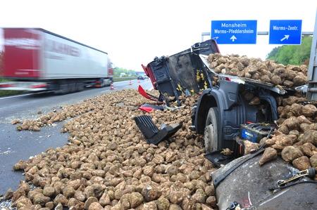 웜, 독일 -2009 년 9 월 16 일 -로드 된 순 무에 의해 파괴 된 웜 근처 독일어 고속도로 A61에서 트럭 충돌, 아니 사람들이 다쳤습니다. 에디토리얼