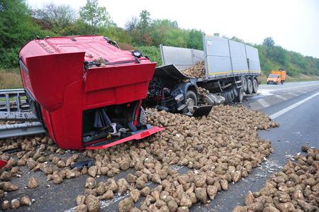 Worms, Duitsland - 16 september 2009 - Truck crash op de Duitse snelweg A61 in de buurt van Worms, verwoest door zijn geladen rapen, geen mensen zijn gekwetst.