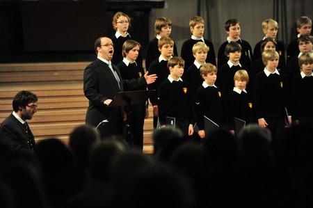 niño cantando: Colonia, Alemania - 14 de diciembre de 2010 - Los niños del coro de Bad TLZ en la catedral de Colonia Editorial