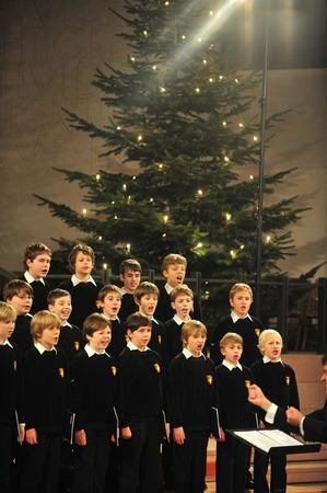 gente cantando: Colonia, Alemania - 14 de diciembre de 2010 - Los niños del coro de Bad TLZ en la catedral de Colonia Editorial