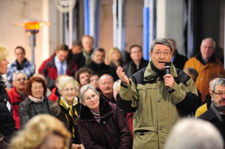 personas: Frankfurt, Alemania - 15 de diciembre de 2009: Iniciativa ciudadana preocuparse por el cambio europeo en el uso de la energ�a nuclear Editorial