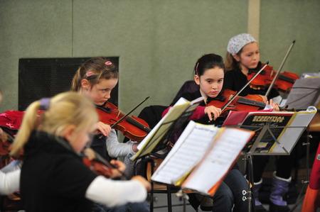 orquesta clasica: Mainz, Alemania - 13 de diciembre de 2011: la educación musical en la escuela primaria alemana como una parte importante de la educación y la integración