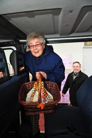 Worms, Allemagne - le 23 Décembre, 2012: Ville de Worms parraine un service de navette pour aider les personnes âgées achats