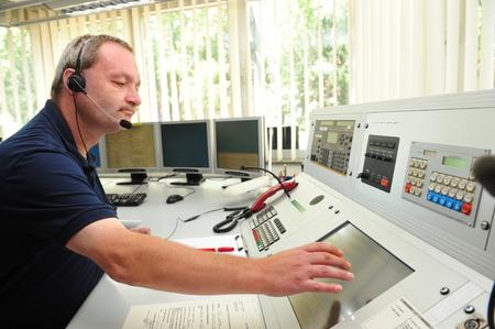 FIRE ENGINE: Worms, Allemagne - Jule 21, 2009 - pompier dans la salle de contrôle du service d'incendie Worms prenant un appel d'urgence