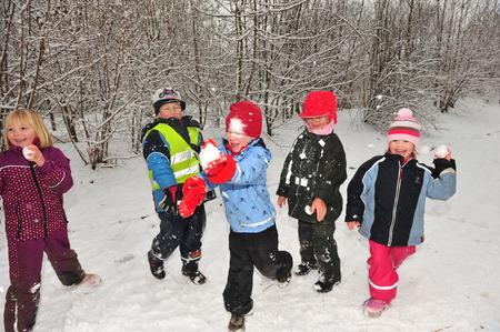 boule de neige: Berlin, Allemagne - 29 Novembre 2010 - Les enfants qui ne devez pas aller à l'école à cause de la vague de froid et des chutes de neige massives faire un combat de boules de neige et de jouer dans la neige