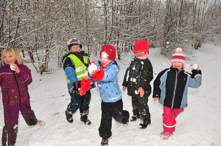 Berlin, Allemagne - 29 Novembre 2010 - Les enfants qui ne devez pas aller à l'école à cause de la vague de froid et des chutes de neige massives faire un combat de boules de neige et de jouer dans la neige