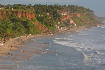hindues: Varkala, India - 02 de noviembre 2015 - Peregrinos en la playa de Varkala, un lugar sagrado para los hindúes