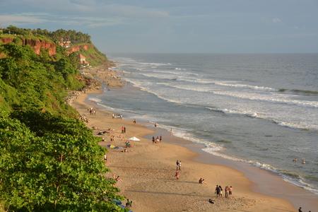 hindues: Varkala, India - 02 de noviembre 2015 - Peregrinos en la playa de Varkala, un lugar sagrado para los hind�es