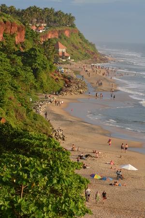 hindus: Varkala, India - 02 de noviembre 2015 - Peregrinos en la playa de Varkala, un lugar sagrado para los hind�es